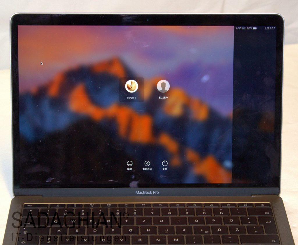 MacBook Pro mit flackernden Strichen auf einem dunklen Streifen