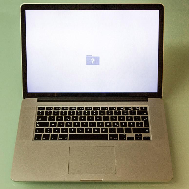 Ihr MacBook wird fährt hoch, bootet aber nicht vollständig und hat keinen Zugriff auf Ihr System und Ihre Programme. Eventuell zeigt Ihr Display einen Ordner mit Fragezeichen.