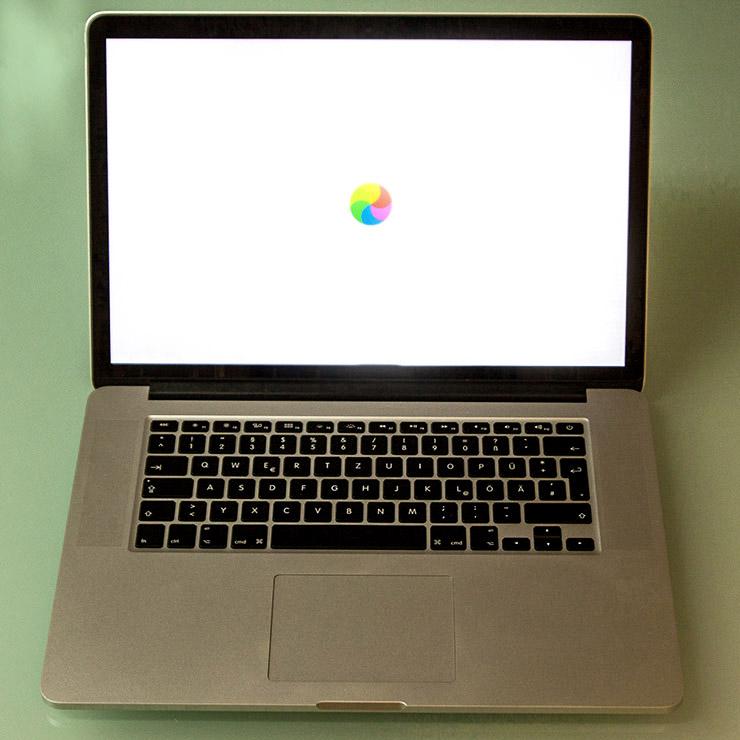 Ihr MacBook hat Probleme beim Starten, wird laut und man hört das Gerät arbeiten. Der bunte Ball auf dem Display dreht sich permanent oder gar nicht mehr.