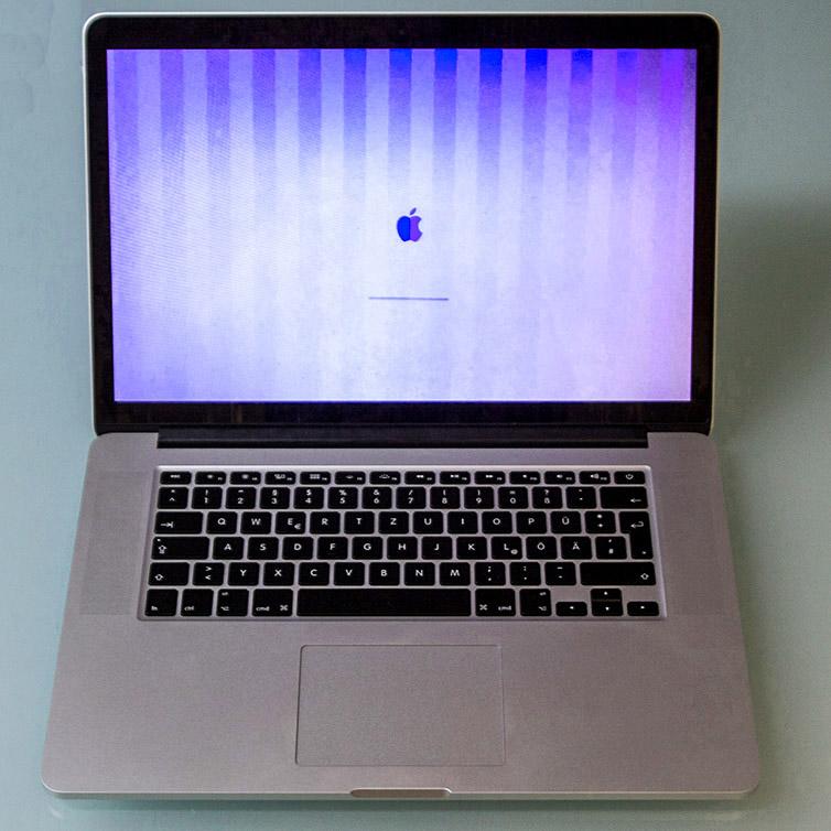 Ihr MacBook zeigt ungewöhnliche Muster: z.B. grüne, blaue oder Längsstreifen oder Querstreifen